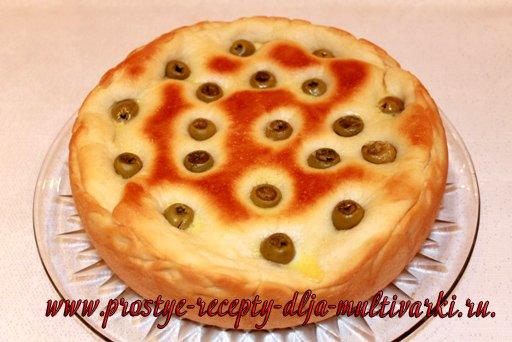 Дрожжевой пирог с сыром и оливками в мультиварке