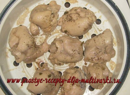 Куриные бедрышки на пару с гречкой в мультиварке