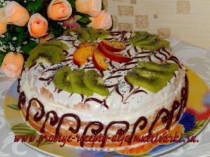 Торт с ананасами и ягодами
