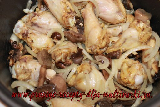 Куриные крылышки с грибами в мультиварке